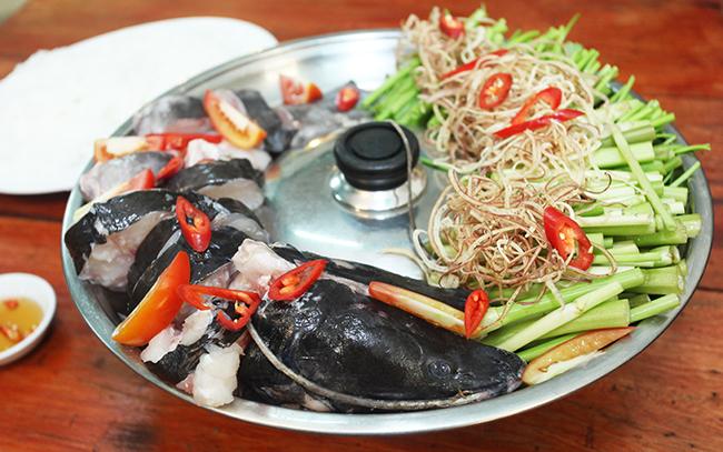 Cách làm lẩu cá trê cực ngon và hấp dẫn Cách làm lẩu cá trê chắc không quá xa lạ với các gia đình Việt, nhưng để nấu ngon đúng chuẩn thì đều cần có những bí quyết riếng đấy các bạn. Cá trê là nguyên liệu dễ tìm, lại rất thơm ngon bổ dưỡng. Cá trê nấu lẩu mang đến cho người ăn sự ngon miệng tuyệt đối và nhiều lợi ích sức khỏe. daiphatfoods.vn xin chia sẻ với các bạn món ăn độc đáo mà phong phú này nhé. Các bạn cùng tôi thực hiện thôi nào! Nguyên liệu làm lẩu cá trê Cá trê: 1kg Thịt heo nạc: 200gr Nấm: 200gr Măng tươi: 200gr Đậu hũ: 150gr Miến: 150gr Dưa muối chua: 100gr Rau sống, hành lá Mỡ heo : 150gr Mẻ rượu: 50gr Xương ống: 600gr Muối, đường, nước mắm, sa tế. Cách làm lẩu cá trê Bước 1: Sơ chế cá trê Đặt cá lên thớt , làm sạch, bỏ mang, dùng dao khía ngang cách xương đầu một chút. Sau đó dùng dao khía một đường ngang theo phần thân cá. Thái thịt cá thành miếng mỏng. Bước 2: Sơ chế thịt và các nguyên liệu khác Thịt nạc cắt thành lát mỏng. Nấm xé sợi. Măng rửa sạch, cắt lát mỏng. Đậu hủ cắt miếng vuông vừa ăn. Miến ngâm nước, cắt khúc ngắn. Dưa muối xắt lát. Bước 3: Sơ chế xương Xương rủa sạch, luộc qua. Hầm kỹ. Bước 4: Nấu nước lẩu Đun nóng dầu trong chảo. Sau đó các bạn bỏ đầu cá vào chiên vàng. Cho ớt ngâm đã cắt khoanh vào xào rồi đổ nước hầm xương vào nấu sôi. Bỏ hành, gừng và đầu cá vào, nấu bằng lửa lớn khoảng 25 phút rồi cho mẻ rượu, tiêu bột vào. Nấu sôi rồi nêm muối , bột ngọt, tương và ít dầu mè. Bước 5: Trình bày món ăn Đặt bếp lẩu lên bàn. Vớt đầu cá và xương ra. Xếp xung quanh rau sống, đậu hũ, thịt cá và nước chấm kèm. Cách làm lẩu cá trê ngon với vị cá trê ngọt nước lẩu, hương thơm đậm đà, ngào ngạt sẽ khiến bạn khó mà quên được nếu đã từng ăn. Món ăn này cũng rất dễ làm, nguyên liệu lại dễ kiếm và rất hợp túi tiền với các bà nội trợ đấy nhé! Một món ăn vừa ngon lại rẻ còn đầy đủ chất dinh dưỡng nữa, còn chờ gì nữa, ngay cuối tuần này hãy thử tuyệt chiêu với món mới này ngay nhé!